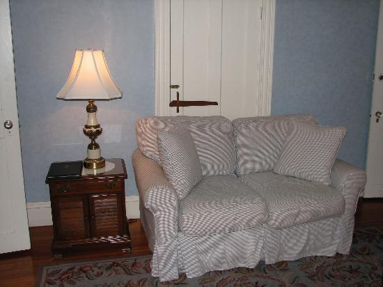 Martin House Inn: Sitting area in our room
