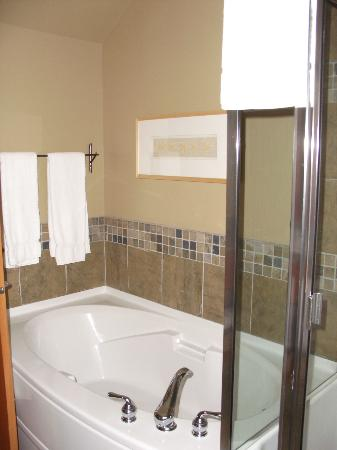 Long Beach Lodge Resort : bathroom