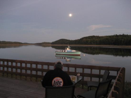 Machias River Inn: The deck behind our room