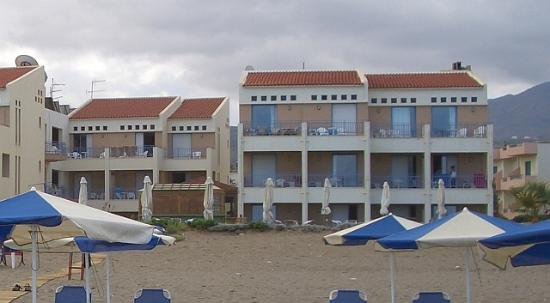 Iperion Beach Hotel: Blick auf das Hotel bei herbstlichem Wetter (Ende September!)