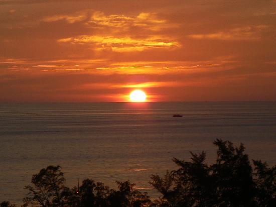 Centara Karon Resort Phuket: coucher de soleil du haut du toit de central karon beach