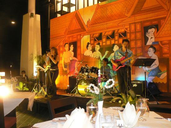 Centara Karon Resort Phuket: ptit soiré organisé pas l'hotel, le groupe etait tres bon!