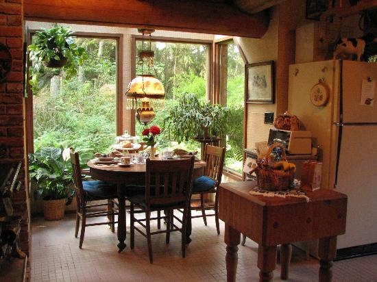 Guest House Log Cottages: The Lodge - Breakfast is served