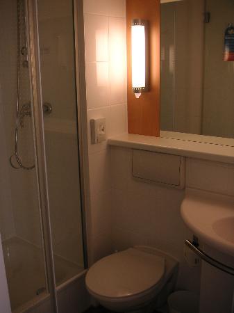 Ibis Augsburg Hauptbahnhof: bathroom