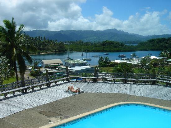 โรงแรมซาวูซาวู ฮอตสปริง: Pool deck and view over the harbor.