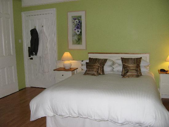 Oak and Glass Bed & Breakfast: Bedroom in Uphill suite