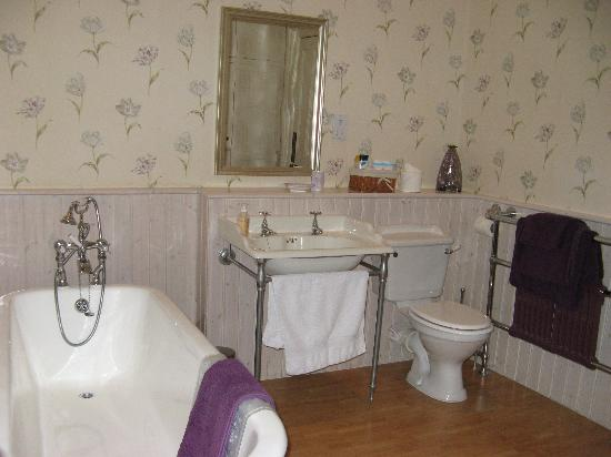 Oak and Glass Bed & Breakfast: The bathroom