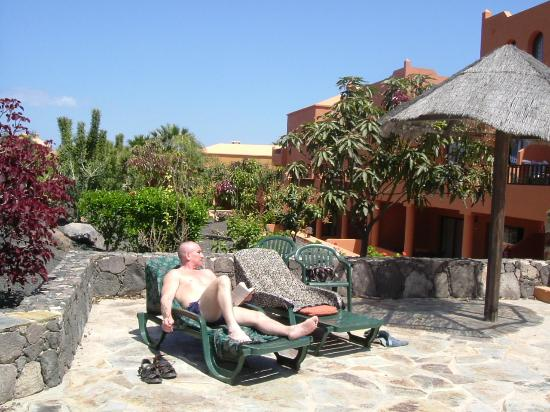 Oasis Royal: sunbatheing outside appartments