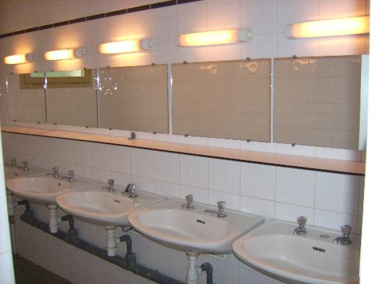 Hostel and Camping Bagatelle : The basins in the men bathroom
