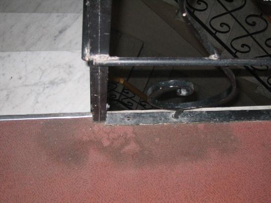 Bernard Hotel: Dirty floor