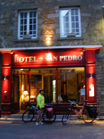 Hotel San Pedro: Cyclist infront of hotel