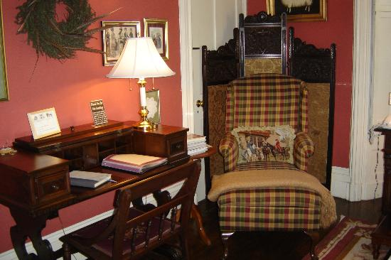 Inn at Woodhaven: Master Suite sitting area