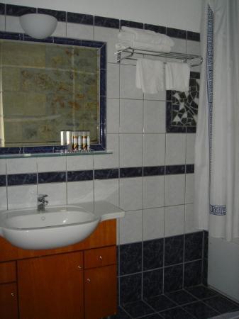 Anniska & Liakoto: Cute bathroom with Korres products