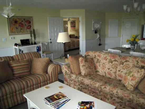 Holiday Inn Club Vacations Ozark Mountain Resort: Living room, doorway to the lock-off unit
