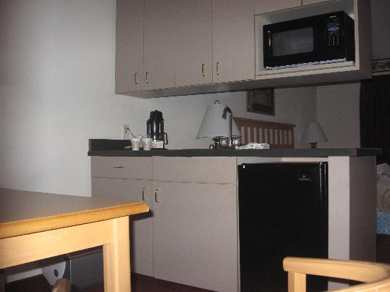 GuestHouse Inn & Suites Tumwater: king room kitchenette