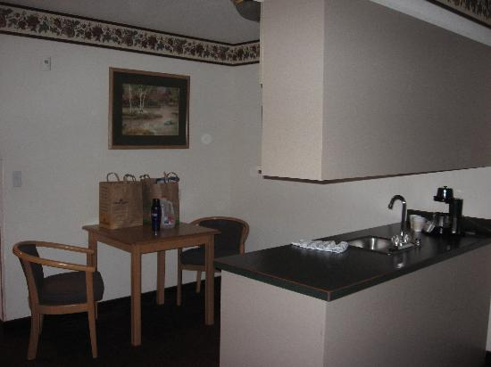 GuestHouse Inn & Suites Tumwater : king room kitchenette