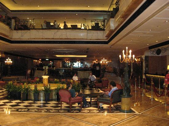 Royal Plaza Hotel: hall of the hotel