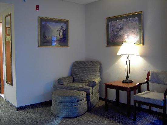 Wingate By Wyndham Charlotte Airport I-85 / I-485: Two chairs and an ottoman