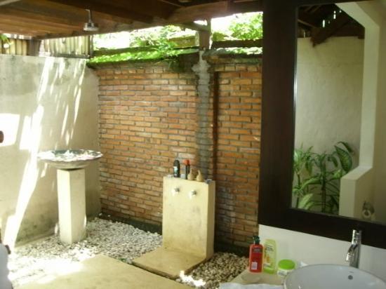 Qunci Villas Hotel: outside bathroom