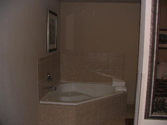 Quality Inn & Suites at Olympic National Park: Jacuzzi Tub ... much nicer than the Hampton Inn's from the night before.