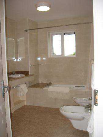 Kenmare House: en suite bathroom - very nice!