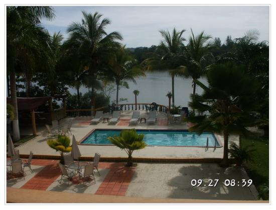 Lago Vista Hotel: View to the pool & the Guajataca lake