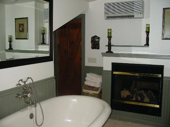 The Chalet of Canandaigua: Gas fireplace in bathroom