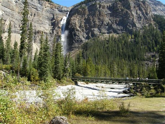 Yoho National Park, Canadá: View of bridge over river and falls