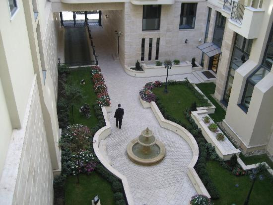 Queen's Court Hotel & Residence: Courtyard view from room