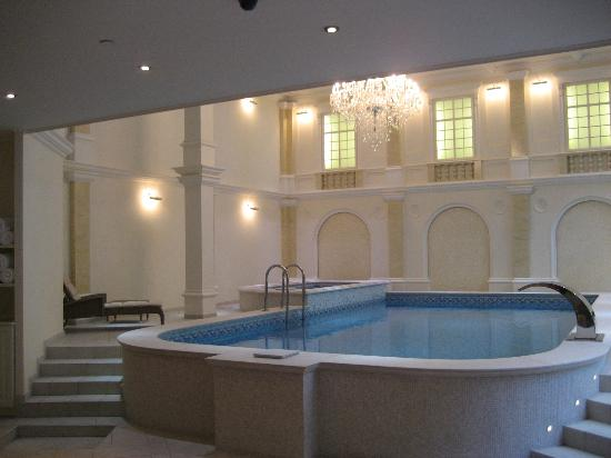 Queen's Court Hotel & Residence: fancy pool
