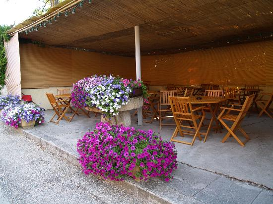 Auberge du Teillon : View of the patio for their restaurant