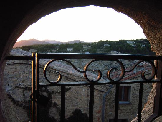 Hotel Crillon le Brave: View from our bathroom (Madeleine)