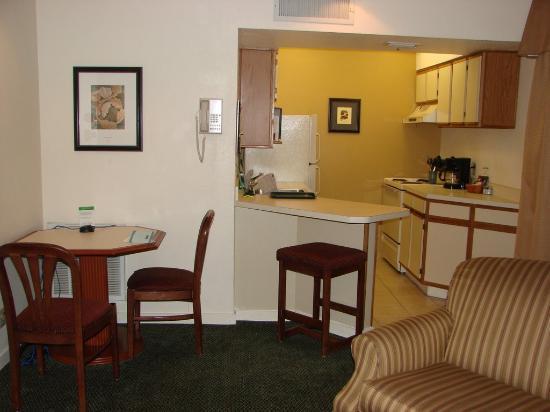 Staybridge Suites Dulles: Kitchen/Dining Area