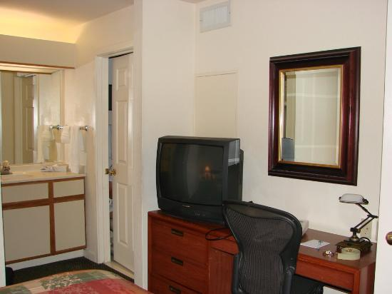 Staybridge Suites Dulles: Dresser/TV in Bedroom