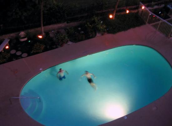 Kamaole Nalu Resort: The pool at night