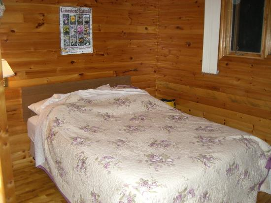 Gros Morne Cabins: Bedroom. Sorry for not making the bed.