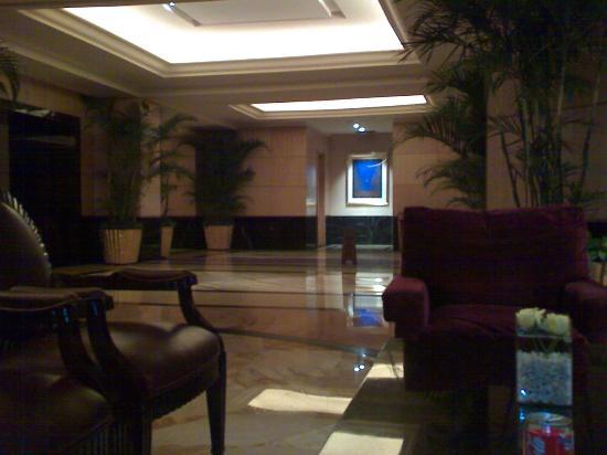 Hotel Mulia Senayan, Jakarta: vew from mezzanine to lobby!