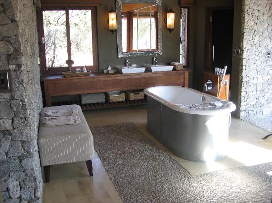 Dulini Leadwood Lodge: Safari - Bathroom