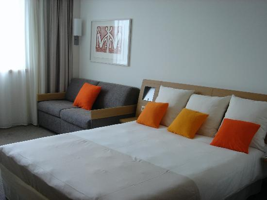 Novotel Luxembourg Centre: Bed & Sofa