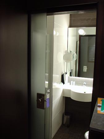 Hilton Helsinki Kalastajatorppa: View through to the toilet/shower room on entering