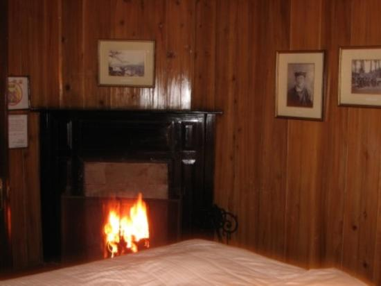 Windamere Hotel: Fire in the bedroom at night