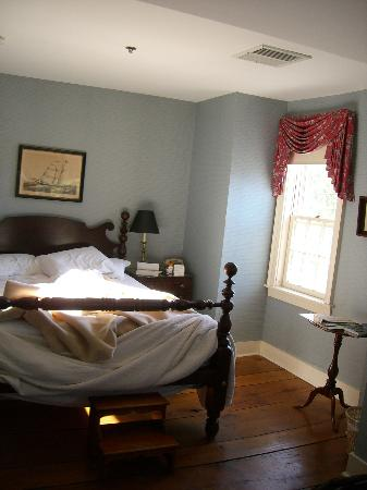 Griswold Inn: Room 8 - Bed