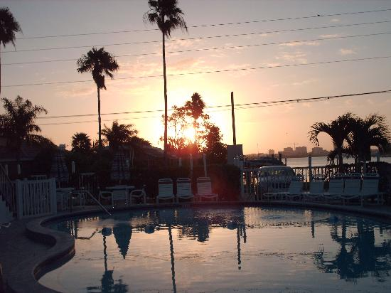 Sunrise Resort Motel South: Sun Rise Over the Pool