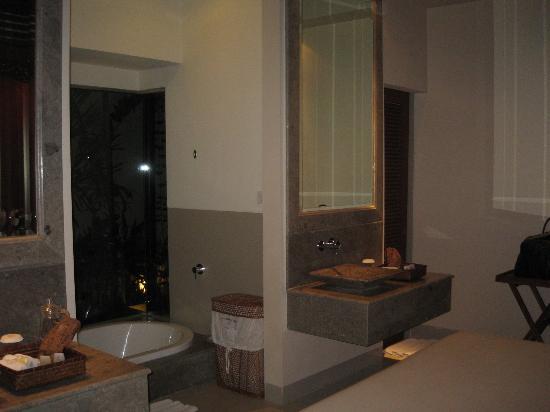 Disini Luxury Spa Villas: 2 wash basins, glass-walled bath...