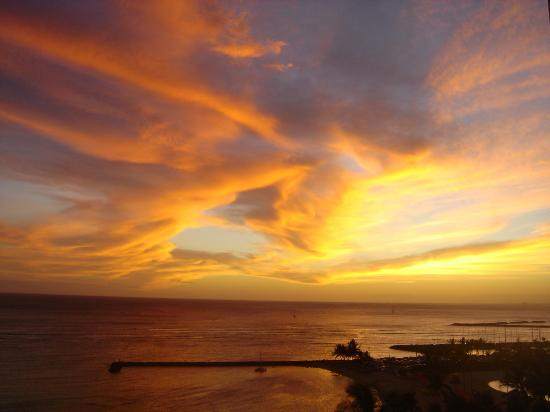 Hilton Hawaiian Village Waikiki Beach Resort : Sunset