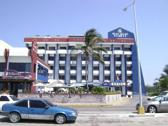 Olas Altas Inn: Hotel from the Malecon