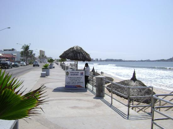 Olas Altas Inn: Malecon towards Centro