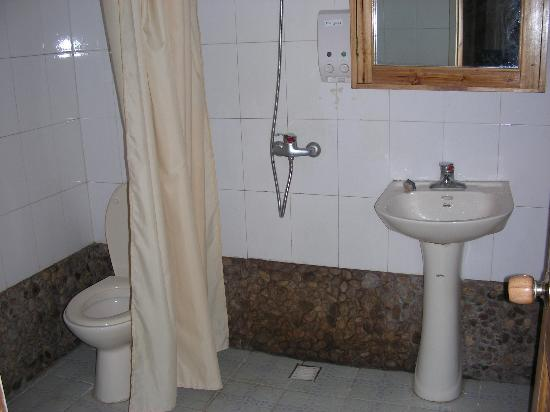 Yangshuo Mountain Retreat: bathroom