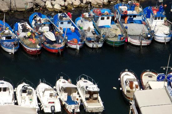 Maison La Minervetta: Colorful Boats in Marina Grande