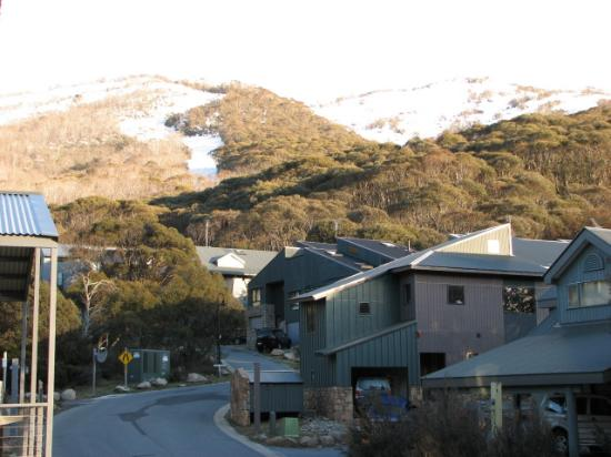 Snowbound Chalets Thredbo: view towards the mountains